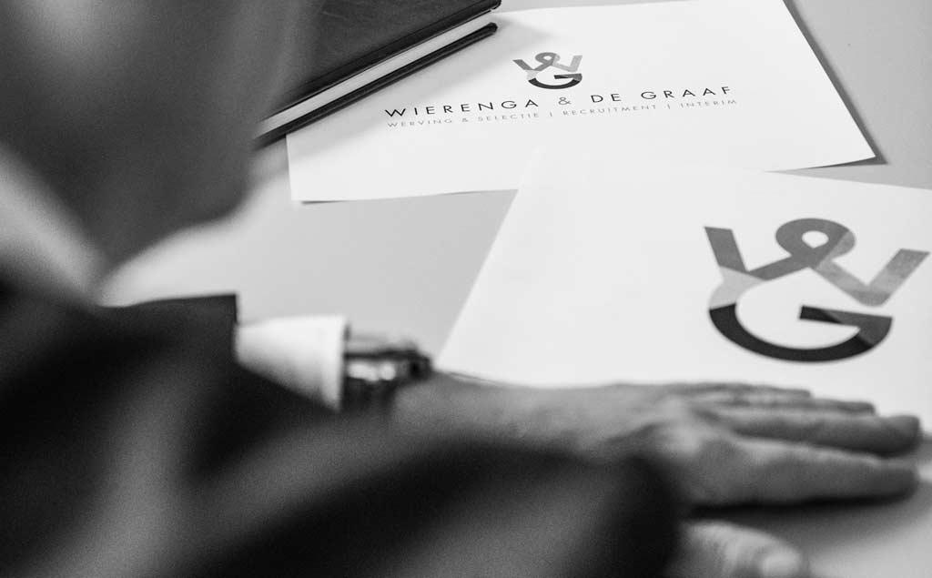 Wierenga & De Graaf 'Het plaatsen van mensen is persoonlijk maatwerk! Daar ligt onze kracht.' Daadkrachtig netwerkbureau met een vaste kern en dedicated netwerk. Loyale teamplayers met ondernemersbloed. Talentscouts met persoonlijke aandacht en begeleiding. Voor beloftevolle HBO+ kandidaten met ambitie. Voor vitale opdrachtgevers met visie. Met bewezen trackrecord in Noord-Nederland. Wat ons drijft We zijn dé specialist in werving en selectie voor vaste, interim- en detacherings-functies op HBO+ niveau. Ons uitgangspunt is altijd een gedeeld belang en een gezamenlijke ambitie. Daarom bieden wij onze kandidaten én onze opdrachtgevers extra toegevoegde en duurzame waarde. Dat doen we met aanvullende producten en diensten op het gebied van employer & job branding, onboarding, loopbaanadvisering en persoonlijke- en leiderschapsontwikkeling.